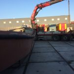 De sloep op transport vanuit Ijmuiden naar Wilnis